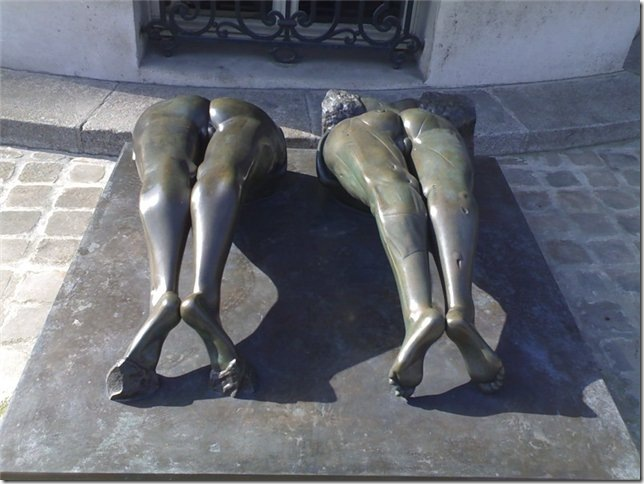 В Париже две нижние женские части выбирающиеся из под земли