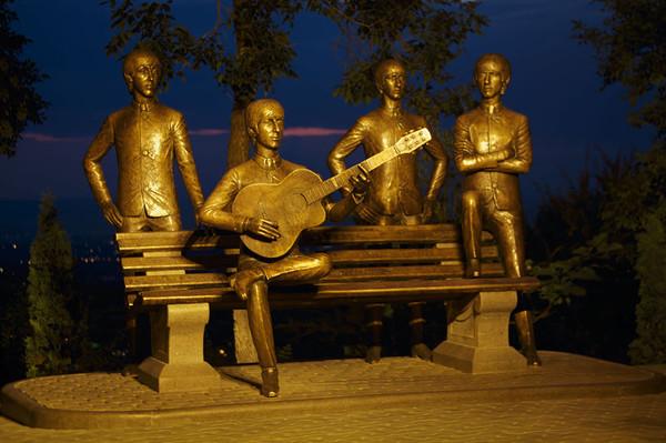 Памятник Beatles в Алма-Ате