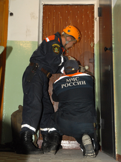 вскрывать дверь в отсутствии хозяина законно имеет право милиция и мчс!