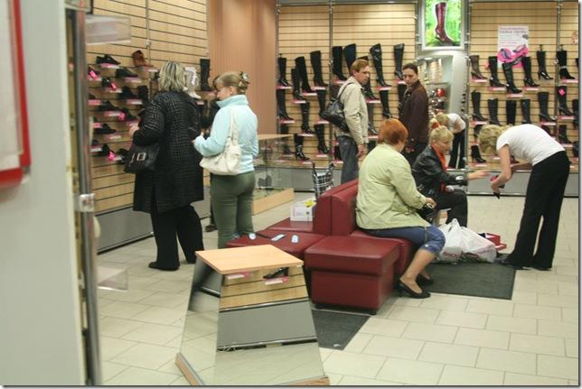 В демонстрационном зале женской обуви магазина Паяна обувь