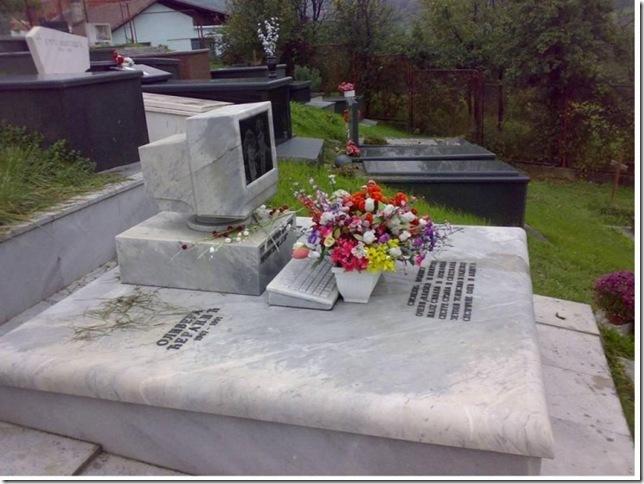 Вечный коннект!.. Интерактивный памятник на кладбище - телемогила