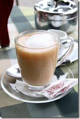 горячий чай, сваренный на молоке отлично тонизирует, восстанавливает силы и согревает в сырую и холодную погоду