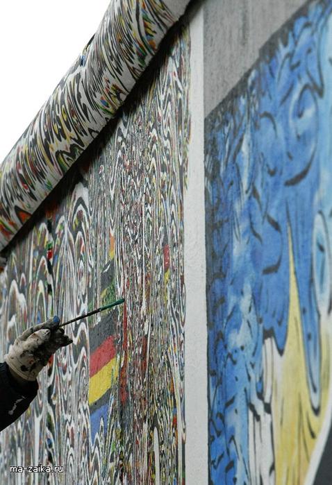 Крупнейшая оставшаяся часть бывшей Берлинской стены в Берлине, 30 октября 2009.