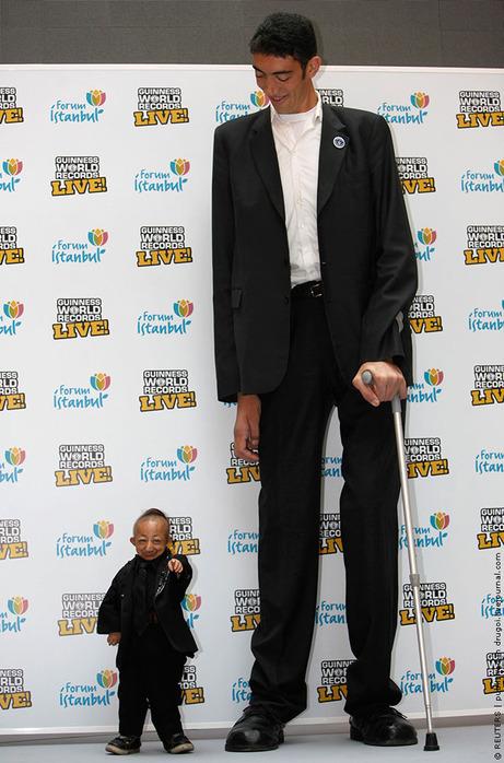 в Турции на презентации Книги рекордов Гиннесса встретились самый высокий и самый маленький человек — 27-летний бывший баскетболист из Турции Султан Косен (2 м 46,5 см) и 21-летний китаец Хи Пингпинг (70 см).