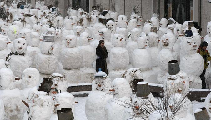 Армия снеговиков в Москве. сНежное шоу Вячеслава Полунина в театре имени Натальи Сац, 21-28 января 2010 года.