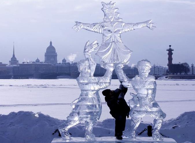 Чучело Маленицы изо льда.