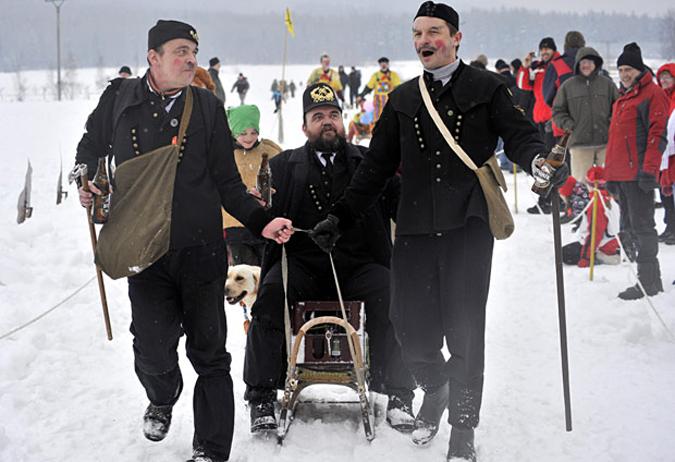 Гонки на упряжках в маскарадных костюмах в Obecnice, Чехия,