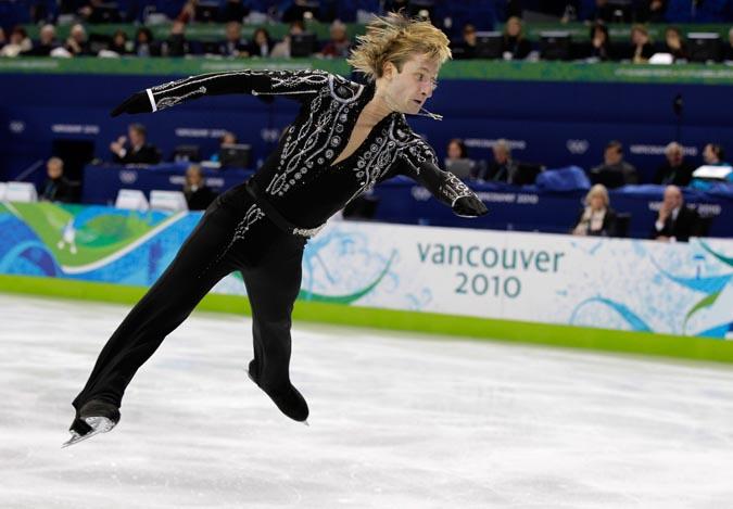 Евгений Плющенко первый после короткой программы. Плющенко ходит по краю пропасти.