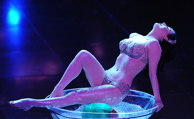 Дита фон Тиз выступила на сцене театра 'Аристон', Сан-Ремо, Италия, 16 февраля 2010 года.