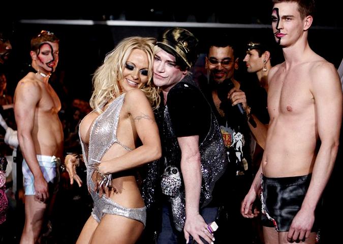 Памела Андерсон на показе мод Richie Rich's, Новая Зеландия, 17 февраля 2010 года.