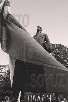 http://img1.liveinternet.ru/images/attach/c/1//55/400/55400506_ANTIKOMMUNISTICHESKIY_PIKET_U_MONUMENTA_SVERDLOVU__1990.jpg