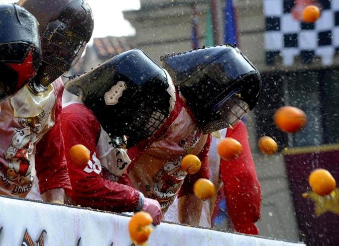 Плодовое безумие в Ивреа (Ivrea), Италия, 15 февраля 2010 года.