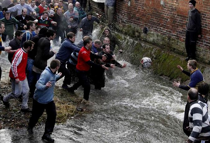 Ежегодный масленичный футбольный матч в Осборне (Ashbourne), Центральная Англия, 16 февраля 2010 года.