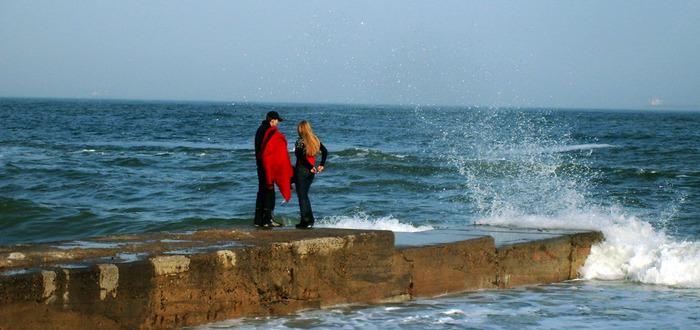 парочка на море, влюблённые на море, волна, пирс