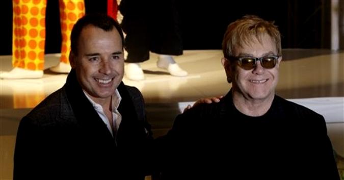 Британский певец Элтон Джон и его партнер Дэвид Ферниш, Ковент-Гарден, 11 декабря 2009 года.
