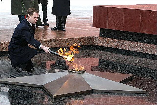президент рф д.а. медведев у могилы неизвестного солдата в александровском саду