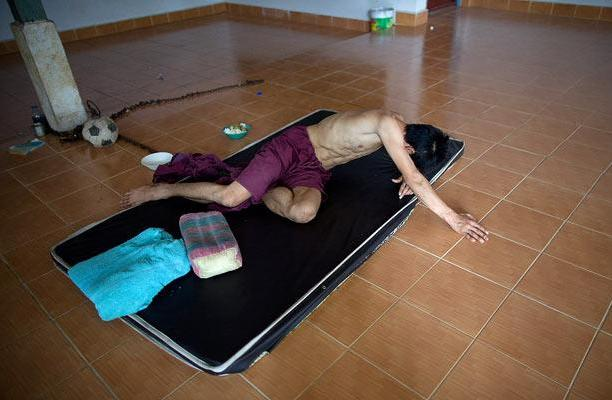 Жизнь наркоманов в Рехаб Тамкрабок (Rehab Thamkrabok) монастыре в Сарабури (Saraburi)