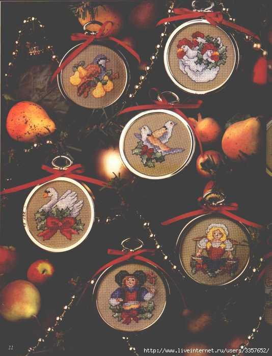 Вышитые медальоны на елку