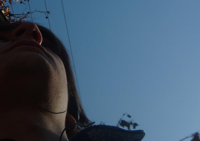 небо голубое, нос, новые наушники