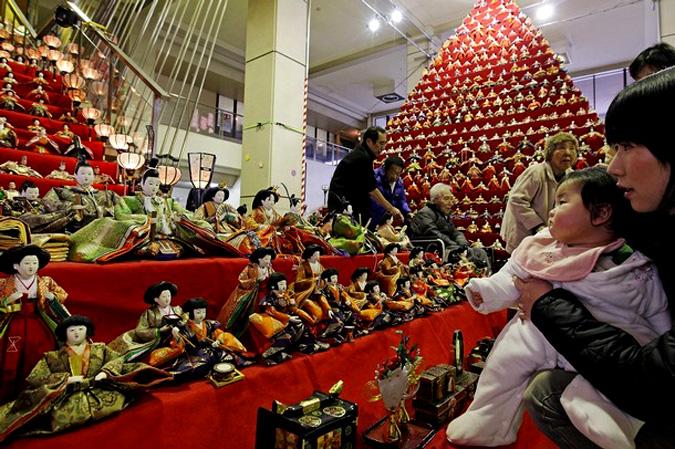 Хина мацури — праздник девочек (фестиваль кукол), в Kounosu, Сайтама, Япония, 1 марта 2010 года.