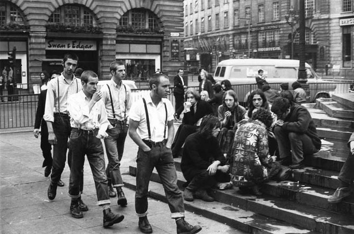 Photograph Skinheads pass Hippies in Piccadilly Circus (699x463, 109 Kb)