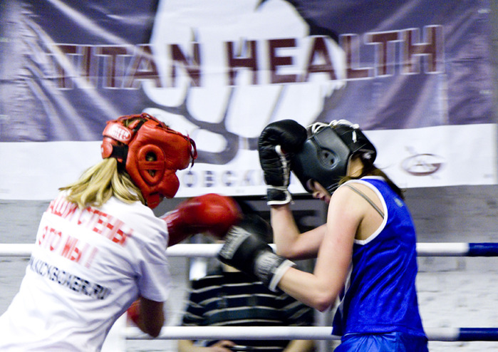 спортивные соревнования по боксу среди женщин в клубе бокса Titan Health