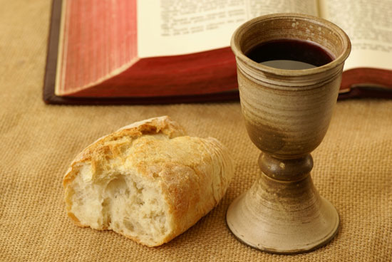 библия, кагор и немного хлеба - насущная пища в чистый четверг