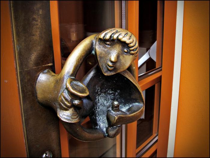 Ресторанная дверь в Старом городе. Дюссельдорф, скульптор Макс Кратц.
