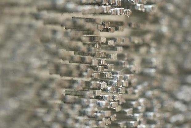 Маркус Левин (Marcus Levine) создает картины посредством забивания тысяч гвоздей в доски.