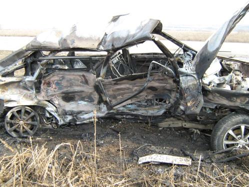 Машина сгорела, как только из нее достали тела погибших.