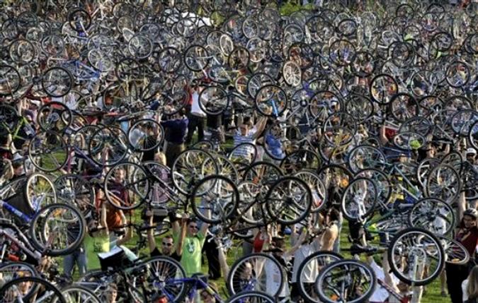 """""""Критическая масса"""" в поддержку езды на велосипеде,  Будапешт, Венгрия, 24 апреля 2010 года."""