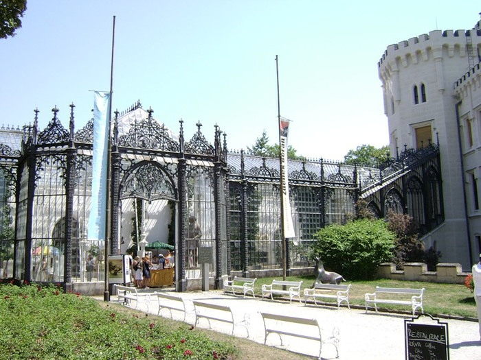 Замок расположен в 10 км
