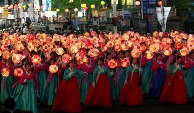 Фонари лотоса на параде по случаю предстоящего дня рождения Будды, который приходится на 21 мая в Южной Корее, Сеул, 16 мая 2010 года.