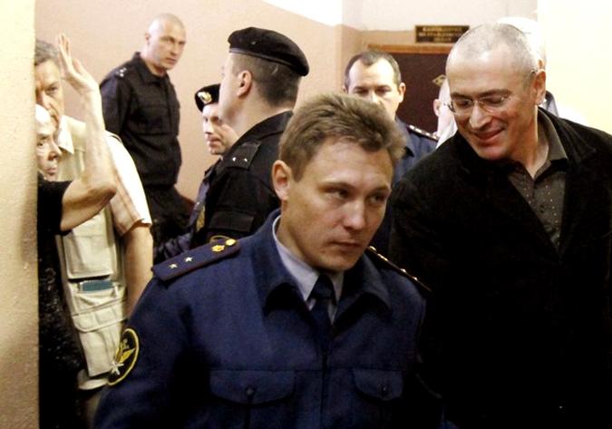 Заключенного Михаила Ходорковского (справа) привели в зал суда, а слева жестикулирует правозащитник и председатель Московской Хельсинкской группы Людмила Алексеева, Москва, 18 мая 2010 года.