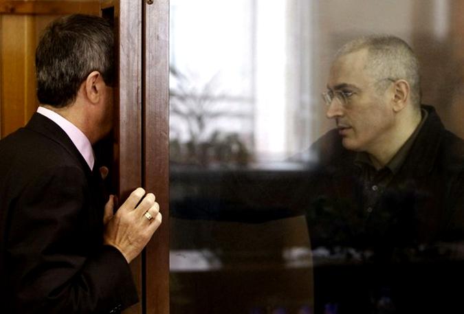 Заключенный в тюрьму бывший нефтяной магнат Михаил Ходорковский (справа) разговаривает со своим адвокатом во время судебного заседания в Москве, 18 мая 2010 года.
