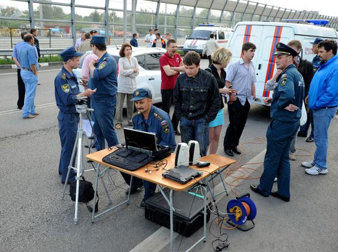 Сотрудники МЧС развернули оперативный штаб у шатающегося моста