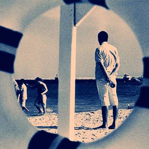 На пляж сквозь спасательный круг