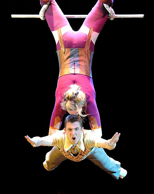 Акробаты из всемирно известного Цирка Оз во время репетиции своего нового номера в Мельбурне, Австралия, 16 июня 2010 года.