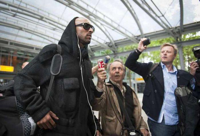 """Нападающий """"Челси"""" и сборной Франции Николя Анелька вернулся в Англию. Футболист прибыл в лондонский аэропорт """"Хитроу""""."""