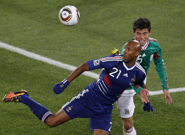 Форвард сборной Франции Николя Анелька в матче против сборной Мексики.