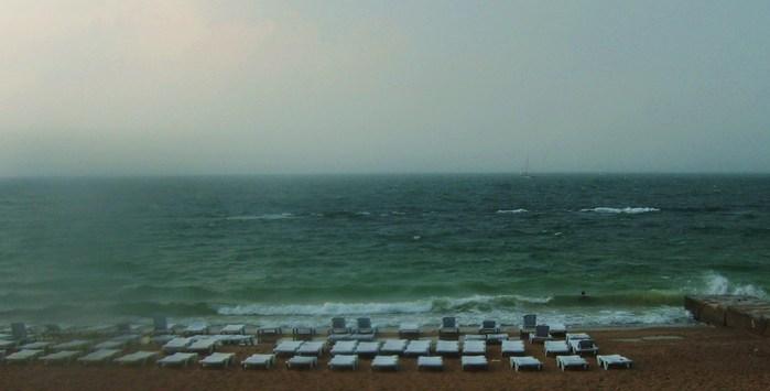 пляж шезлонги, пасмурно море пусто