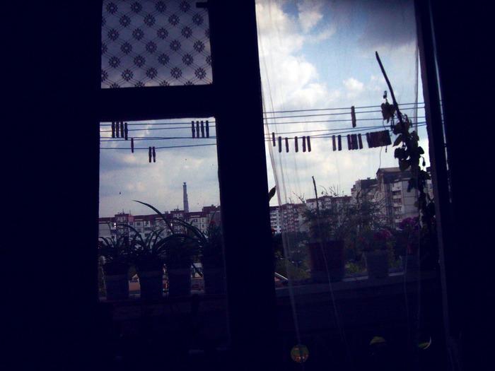 Чеканы ливень, балкон дома, темно дома