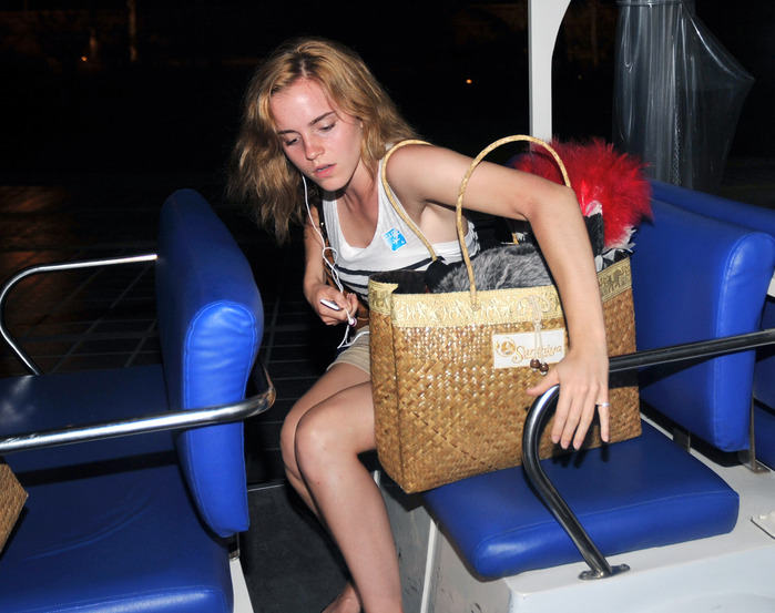 41844_Preppie_Emma_Watson_at_Koh_SamuiAirport_in_Thailand_7_122_937lo (699x553, 121 Kb)
