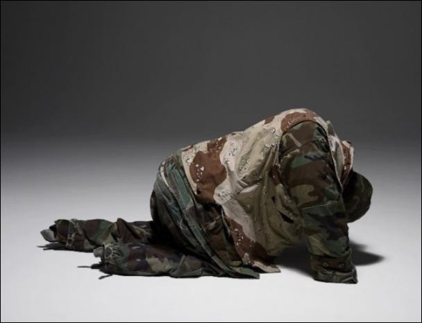 Красочные скульптуры из одежды