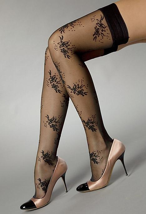 красивые женские ножки в ажурном чулочке