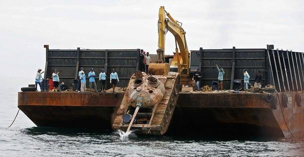 затопление старых тайских танков для создания искусственных коралловых рифов