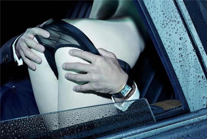 фото мужчина лезет к девушки в штаны