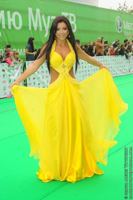 Ани лорак желтое платье