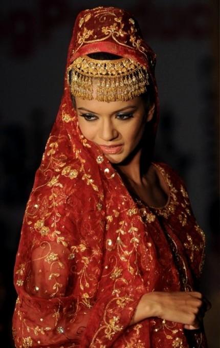 Благотвортельный показ мод в помощь пострадавшим от наводнения пакистанских дизайнеров в Карачи, 3 сентября 2010 года.