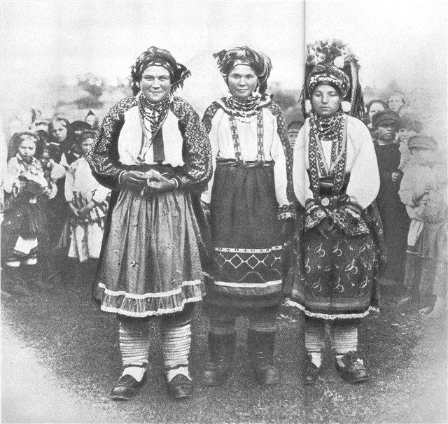 """Фото 1900-х гг. Головной убор -  """"сорока """" с помпонами из нарезанной ткани."""